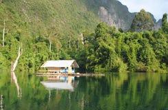 泰国小岛-在水的小屋 库存图片