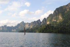 泰国小岛-在水的小屋 免版税图库摄影