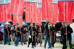 泰国少数游行在街道上的展示在北泰国 免版税图库摄影