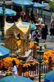 泰国崇拜者给奉献物,并且在四朝向的爱侣湾的寻求祝福祀奉曼谷泰国 图库摄影