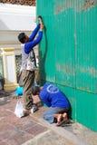 泰国工作者在建造场所工作 免版税库存图片