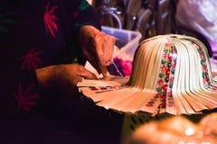 泰国工艺-由泰国妇女,在泰国旅游业节日的自然成份编织一个帽子在夜,被弄脏和噪声照片 库存照片