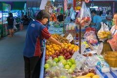 泰国异乎寻常的果子在市场上 免版税库存照片