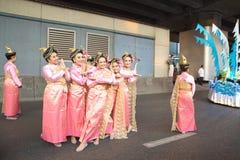 泰国当地生活方式打扮人的小组摆在摄影师 库存照片