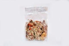 泰国快餐杏仁垂度糖和芝麻在塑料袋 免版税库存照片