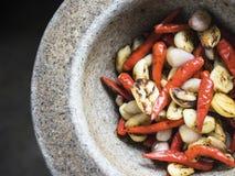 泰国成份:红色辣椒、大蒜和青葱 免版税库存照片