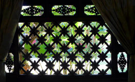 泰国房子窗口,庭院视图 免版税图库摄影