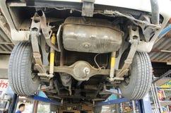泰国技工专业马达修理和维护换油并且检查汽车的可及性 免版税库存图片