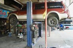 泰国技工专业马达修理和维护换油并且检查汽车的可及性 库存照片