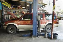 泰国技工专业马达修理和维护换油并且检查汽车的可及性 免版税库存照片