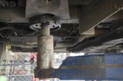 泰国技工专业马达修理和维护换油并且检查汽车的可及性 免版税图库摄影