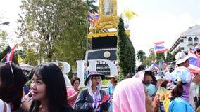 泰国抗议者接收灌溉的部门与合作政府官员的 影视素材