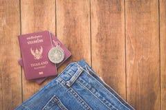 泰国护照和指南针在木头 库存图片