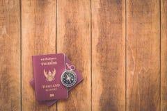 泰国护照和指南针在木头 免版税库存照片