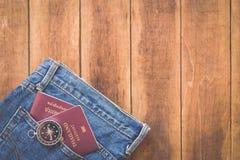 泰国护照和指南针在木头 免版税库存图片
