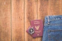 泰国护照和指南针在木头 库存照片