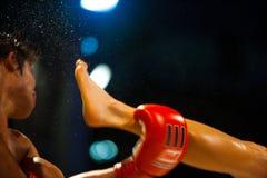 泰国拳击飞行反撞力muay的汗水 库存图片