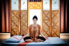 泰国按摩温泉 美丽的亚裔妇女等待的男按摩师 免版税库存图片