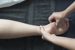 泰国按摩系列:脚和腿按摩 免版税图库摄影