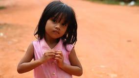 泰国收割,柬埔寨- 2017年1月13日:一个小柬埔寨女孩的录影画象 从恶劣的村庄的孩子和 影视素材