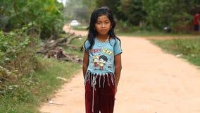 泰国收割,柬埔寨- 2017年1月13日:一个小柬埔寨女孩的录影画象 从恶劣的村庄的孩子和 股票录像
