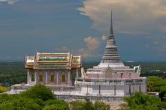 泰国教会和小山的泰国塔 免版税图库摄影