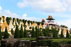 泰国文化在现代庭院里 库存照片