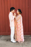 泰国新娘在与开花的诗歌选的泰国婚礼衣服 图库摄影