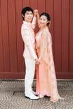 泰国新娘在充满幸福的泰国婚礼衣服 免版税库存图片