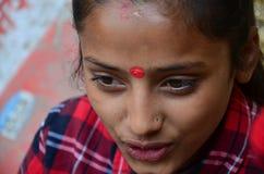 泰国旅客妇女的尼泊尔女孩油漆Mehndi Thamel农贸市场的 免版税库存照片