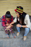 泰国旅客妇女的尼泊尔女孩油漆Mehndi Thamel农贸市场的 图库摄影
