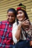 泰国旅客妇女的尼泊尔女孩油漆Mehndi Thamel农贸市场的 免版税库存图片