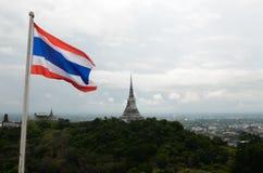 泰国旗子&白色塔在Khao Wang王宫 库存图片
