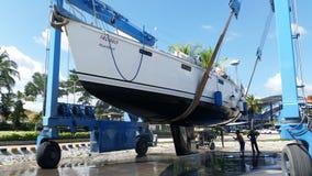 泰国普吉岛:11月2015 26日,拖拉为干净的游艇在普吉岛小船盐水湖小游艇船坞在泰国 免版税库存照片