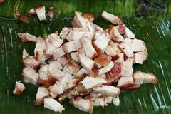泰国样式切片油煎了在香蕉叶子,泰国街道食物的猪肉 免版税库存照片