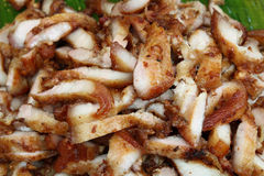 泰国样式切片油煎了在香蕉叶子,泰国街道食物的猪肉 库存照片