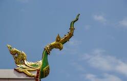 泰国样式寺庙的屋顶上面 免版税库存图片