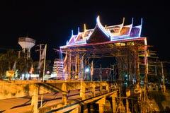 泰国样式曲拱在晚上 图库摄影