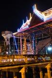 泰国样式曲拱在晚上 免版税库存照片