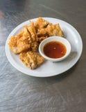 泰国样式油炸了猪肉与辣李子sauc的饺子服务 免版税图库摄影