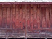 泰国样式窗口由老木头制成 免版税库存照片