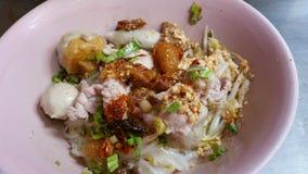 泰国样式辣面条,肉丸顶部 免版税库存照片
