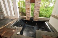 泰国样式浴缸在房子里 免版税库存图片
