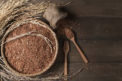 泰国棕色茉莉花米或米莓果在竹篮子 免版税图库摄影