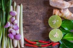 泰国汤姆薯类汤草本和香料在葡萄酒木头背景 草本成份 中心空间 免版税库存照片