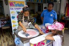 泰国油煎的冰淇淋制造者 库存图片