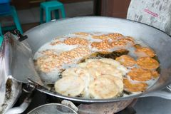泰国油煎的花生曲奇饼,出售的图阿托德在轰隆Lampu市场,曼谷,泰国上 免版税库存图片