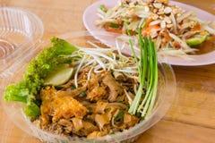 泰国油煎的面条塑料盒家用番木瓜沙拉 库存图片