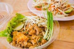 泰国油煎的面条塑料盒家用番木瓜沙拉 免版税图库摄影