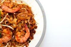 泰国油煎的面条用大虾和乌贼 免版税图库摄影